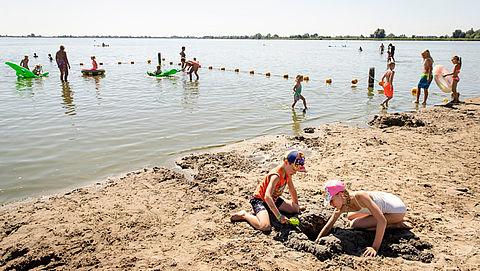 Verkoeling zoeken in natuurwater: Waar moet je op letten als je veilig wilt zwemmen?