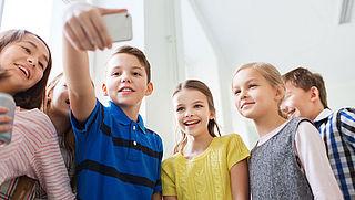 Brugklassers uit gezinnen met weinig geld krijgen smartphone