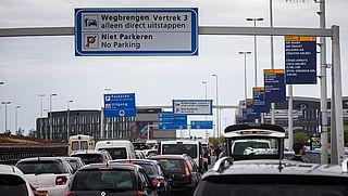 Schiphol: stel niet noodzakelijke reizen dinsdag uit