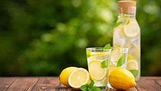 Voor eens en altijd: is warm water met citroen drinken goed voor je of niet?