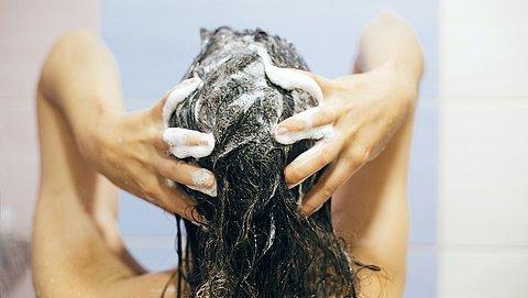 Jeukende hoofdhuid of droog, slap haar? Vermijd deze producten!