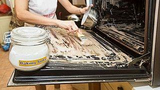 Zo maak je je oven schoon (zónder dure ovenreiniger)