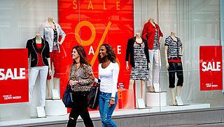 Bredere paspoppen in opmars bij kledingwinkels