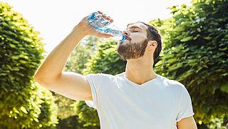 'Bruisend water heeft negatieve gezondheidseffecten'