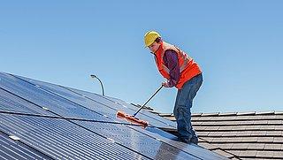 Zonnepanelen schoonmaken: levert het iets op?