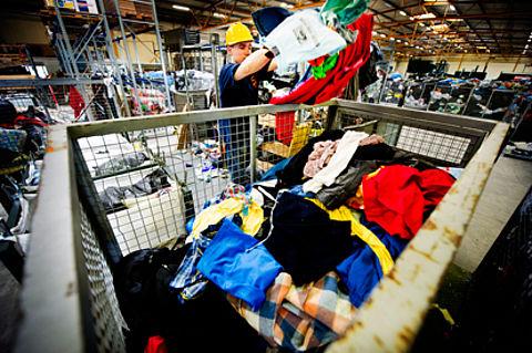 9 op de 10 mensen brengen oude kleding naar inzamelpunt in plaats van vuilcontainer