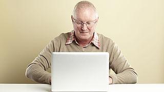 Helft 75-plussers niet online