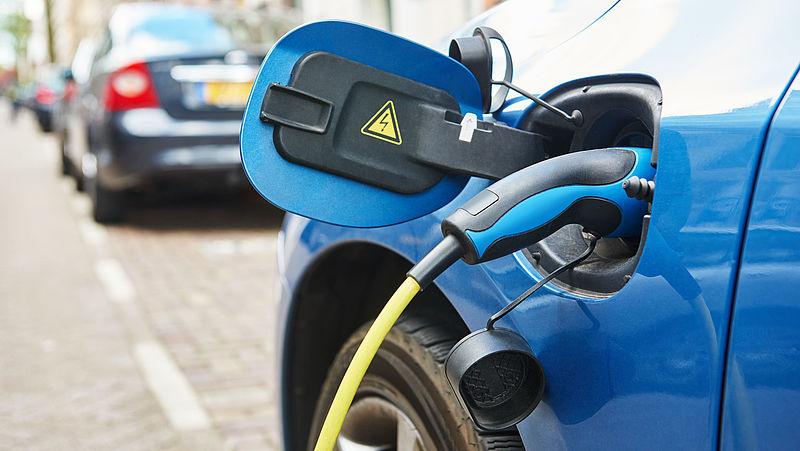 Benzine- of elektrische auto rijden kost evenveel, nog groot verschil in aanschafprijs