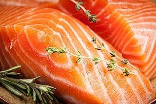 Wist je dat zalm en tonijn vaak roze worden gekleurd? (En dat zalmforel niet bestaat?)