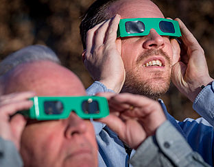 Tekort aan eclipsbrillen: dan maar door een cd'tje kijken?