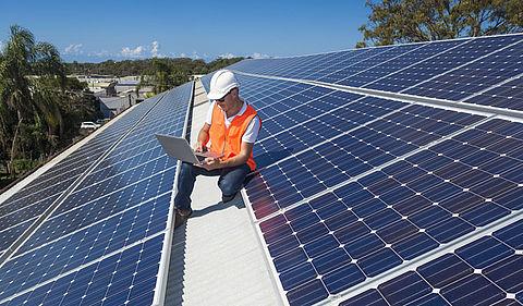ProRail wil zonnepanelen op stations en langs het spoor}