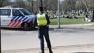 Politie deelt boetes uit bij drukte in parken