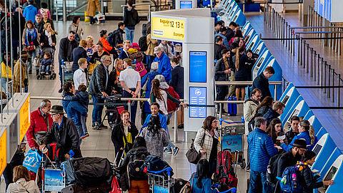 Vrees voor lange wachtrijen bij paspoortcontrole Schiphol