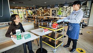 Voorlopig niet zelf afruimen bij fastfoodketens