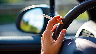 'Peuken uit auto gooien kan momenteel snel brand veroorzaken'