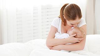 'Moeders met reuma stoppen vaak onnodig met borstvoeding'