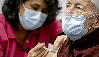 'Binnenkort boosterprik coronavaccin voor oudste ouderen'