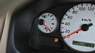 Brandstoflampje van je auto gaat aan, hoe lang kun je nog doorrijden?