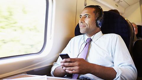 Muziek luisteren met oordopjes of een koptelefoon: hoe voorkom je gehoorschade?