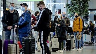 Reizigers riskeren boete als ze geen coronabewijs kunnen tonen bij terugkomst in Nederland