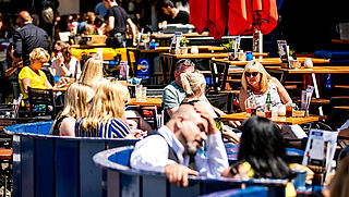 Rondje geven op Amsterdams terras duurder geworden