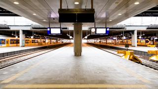 Stakingen bij ProRail verstoren NS-dienstregeling: 'Morgenochtend geen treinen rond Amsterdam en Utrecht, 1 mei mogelijk landelijke staking'