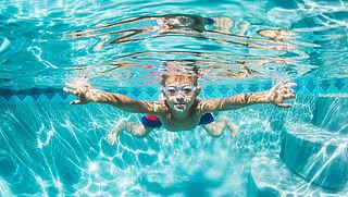 Kind met diploma verleert zwemmen bij te weinig oefening