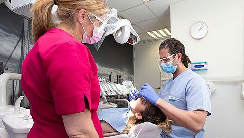 Tandartsen brengen extra toeslag in rekening door coronavirus