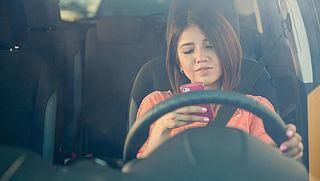 Verzekeringspremies stijgen door smartphonegebruik in auto