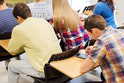'1 op 3 scholen vindt mobiel in klas juist nuttig'}