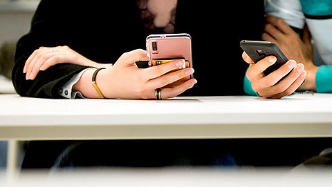 Gemeenten starten proef met buddy-app voor hulp bij geldproblemen