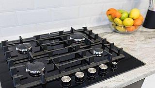 Hoe maak je de inductieplaat en het gasfornuis schoon?