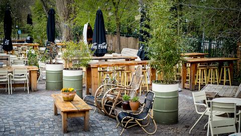 Consument betaalt vanaf juli voor coronasneltest: '€ 7,50 om koffie te mogen drinken op het terras? Belachelijk!'