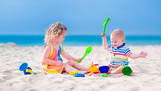 Polsbandjes tegen vermissing kinderen op strand