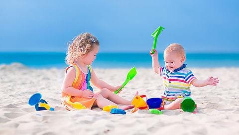 Polsbandjes tegen vermissing kinderen op strand}