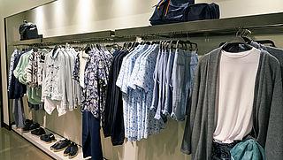 Kledingwinkels willen uitstoot broeikasgassen en plasticgebruik verminderen