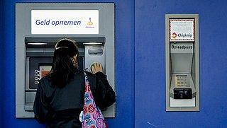 Consumentenbond stuurt brief naar Hoekstra over boete bij opname van contant geld