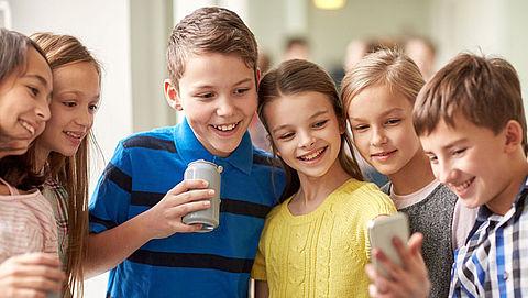 Kinderen steeds vroeger aan de smartphone}