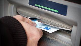Betalen voor opnemen contant geld bij ABN AMRO: minister noemt het 'teleurstellend'