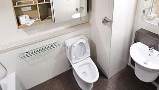 Wie moet kapotte toiletbril betalen in je hotelkamer?