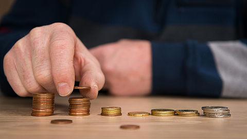 'Verhoog AOW om verlaging pensioengelden te compenseren'