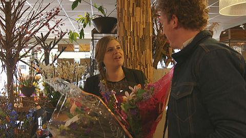 Foto van bloemetje in webwinkel anders dan bezorgde boeket}