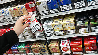 Staatssecretaris Blokhuis wil met supermarkten in gesprek over sigarettenverkoop