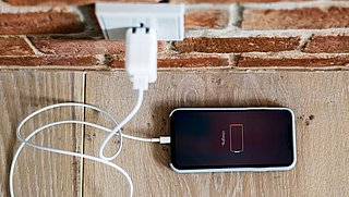 Batterij van je telefoon of laptop snel leeg? Zo gaat 'ie langer mee