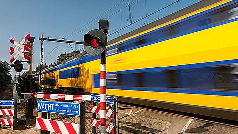 ProRail zet flitspalen in bij spoorwegovergang}
