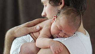 Tweede Kamer buigt zich toch over vaderschapsverlof