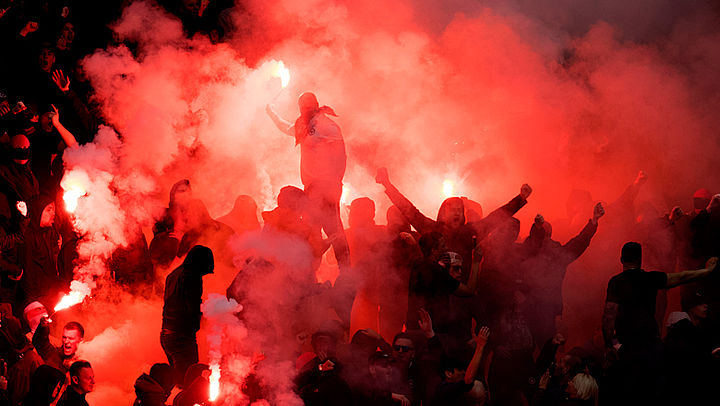 Voetbalbonden en overheid werken samen om vuurwerk uit stadions te verbannen