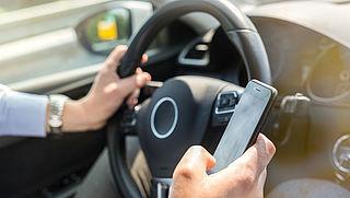 Politie deelt bijna 400 boetes uit voor smartphonegebruik in verkeer