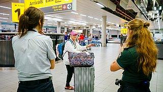 GGD gaat zelftesten uitdelen aan reizigers die terugkomen op Schiphol