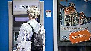 Betalen of geld opnemen buiten Nederland kan veel geld kosten